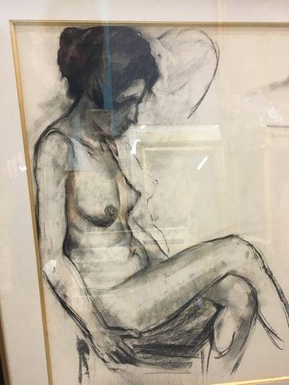 Académie de femme assise  Fusain sur papier  60 x 45 cm
