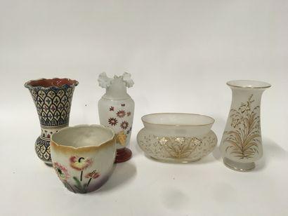 Lot de 5 vases dont 3 en opalines  Accid...