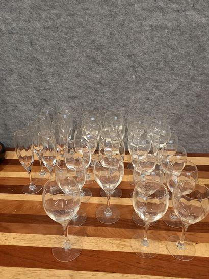 Lot de verres en cristal dont 8 flutes, 12...