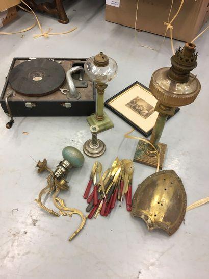 Lot divers comprenant deux lampes à pétrole,...