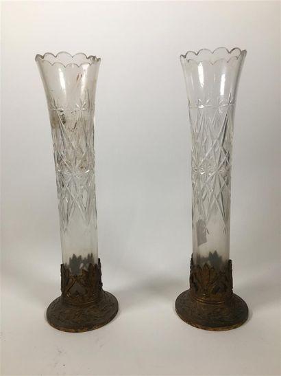Paire de vases en cristal taillé et monture...