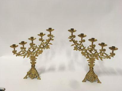 Paire de bougeoirs d'autel en laiton doré...