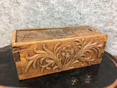 Boîte à glissant en bois sculpté dans la...