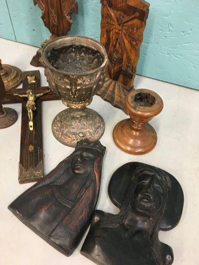 Lot d'objets religieux dont bougeoirs, coupes, crucifix et calices
