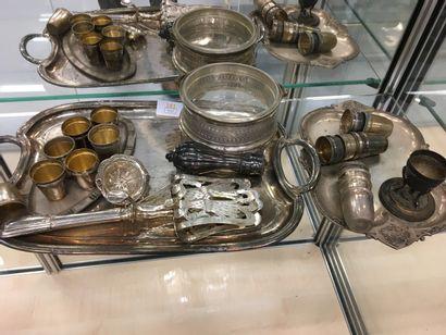 Lot de métal argenté dont pince à pain, verres...