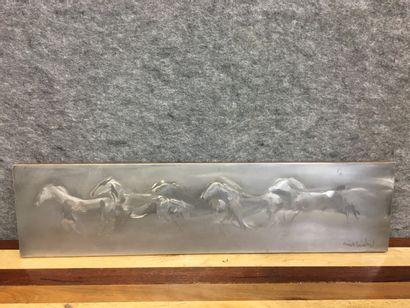 Mick MICHEYL (1922-2019)  Chevaux au galop  Plaque en métal gravée  20 x 78 cm