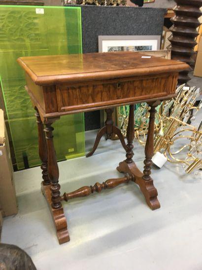 Table à ouvrage en bois de placage  H: 72...
