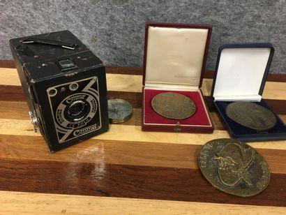 3 médailles et un appareil photo