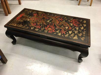 Table basse chinoise ornée d'un dragon sur...