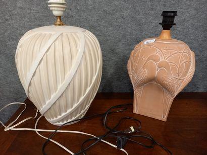 2 lampes dont une en terre cuite à décor...