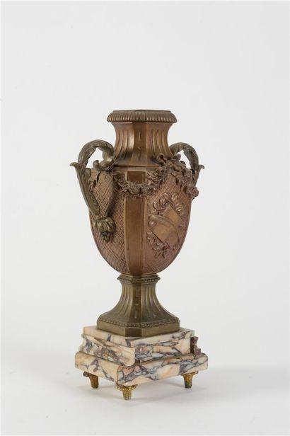 François MOREAU  La renomée  Garniture de cheminée en régule patiné et marbre veiné...