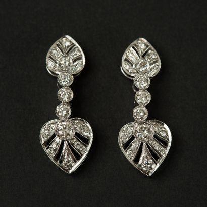Paire de pendants d'oreilles en or blanc...