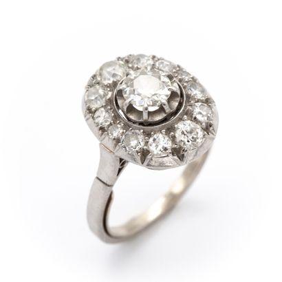 Bague pompadour en platine griffée de diamants...