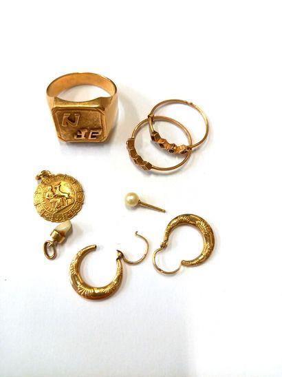 Lot de bijoux en or (750) 18K : chevalière,...