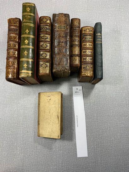 Un ensemble de 8 volumes reliés cuir ou vélin....