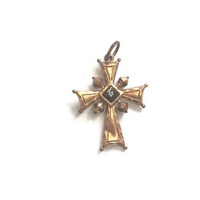 Croix plate fleuronnée, ajourée, en or jaune...