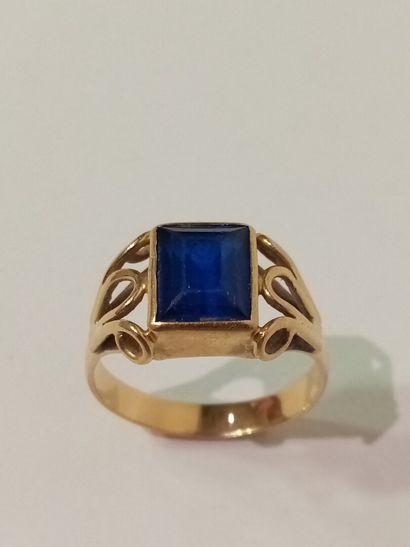 Bague en or jaune ornée d'une pierre bleue...
