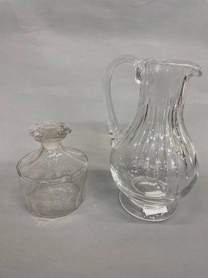 Carafe en cristal avec un flacon