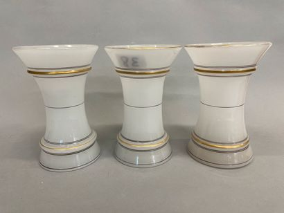 Trois vases en opaline blanche et liseré...