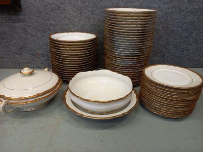 Un service en porcelaine de Limoges comprenant...