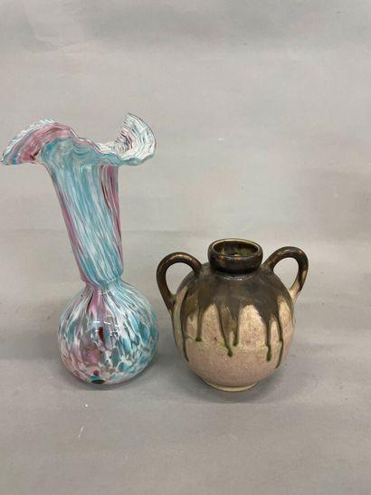 Vase en gré signé METENIER  Joint un vase...