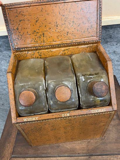 Cave à liqueur trois flacons étui en cuir en forme de reliures