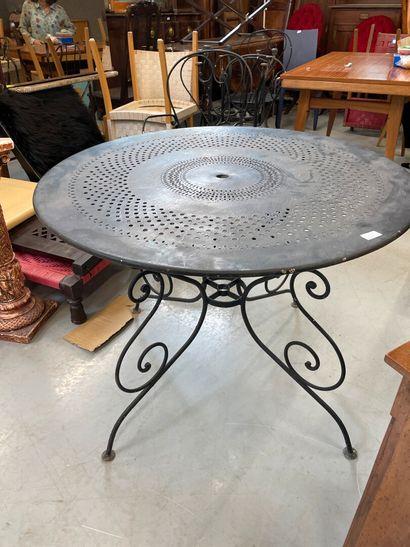 Table de jardin en métal , plateau circulaire...