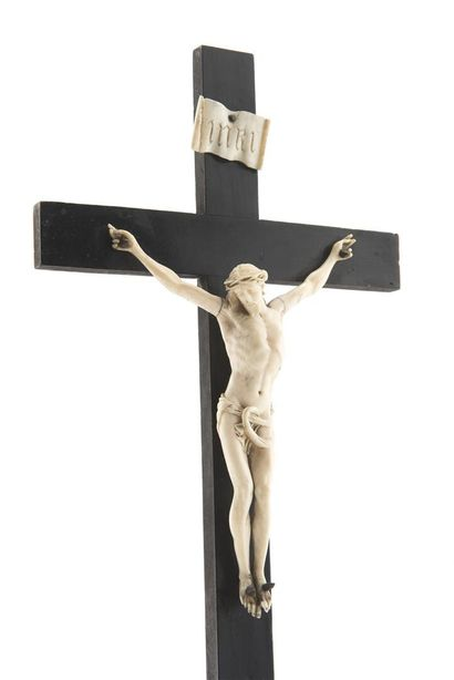 Croix d'autel en bois noirci Christ en ivoire...