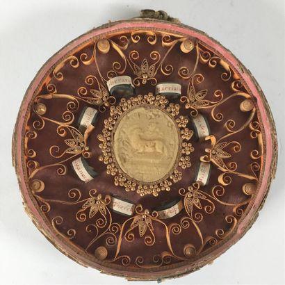 Reliquaire avec paperolles de forme circulaire...