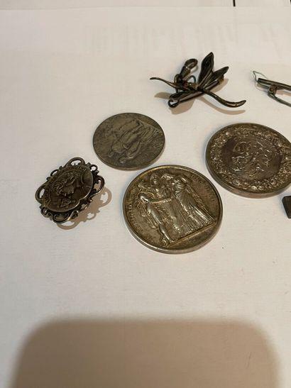 lot en argent un crucifix en argent, une brocjhe jeanne d'Arc, epinglke de cravate,...