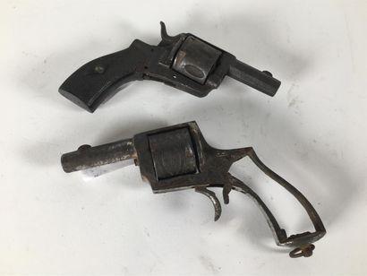 Deux revolvers de type velodog pour pièce...
