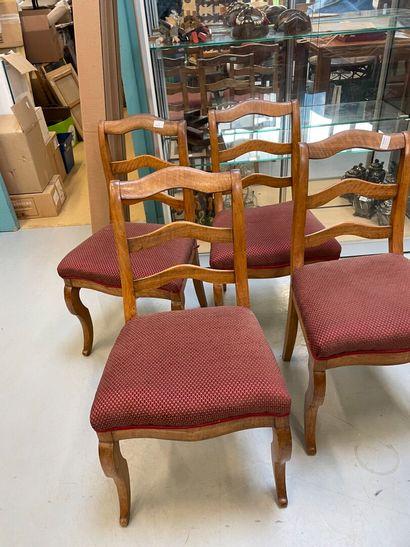 quatre chaises avec garni de tissu rouge