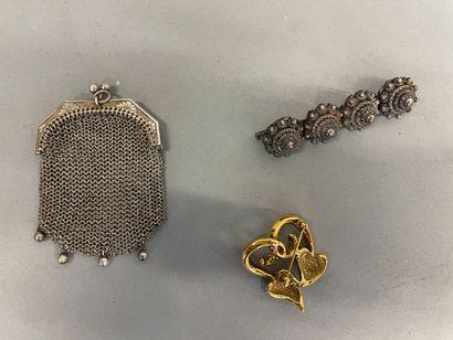 Lot de bijoux divers dont bourse et broches en argent et fantaisie