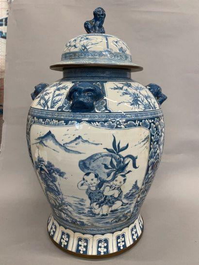 CHINE  Grand vase couvert en porcelaine à...