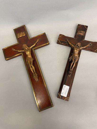 Deux crucifix dont un avec une croix en acajou...