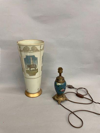 Lampe en émail cloisonné et un vase à décor...