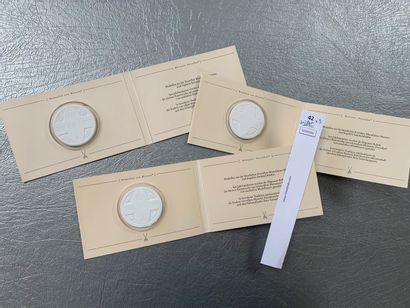 [Franc-maçonnerie]. Un lot de 3 médailles en biscuit de porcelaine de Meissen.