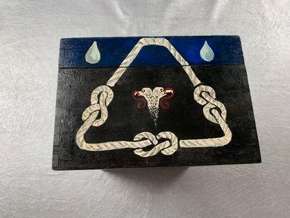 [Franc-maçonnerie]. Boite en bois peinte à la main, signée Jean-Marie.