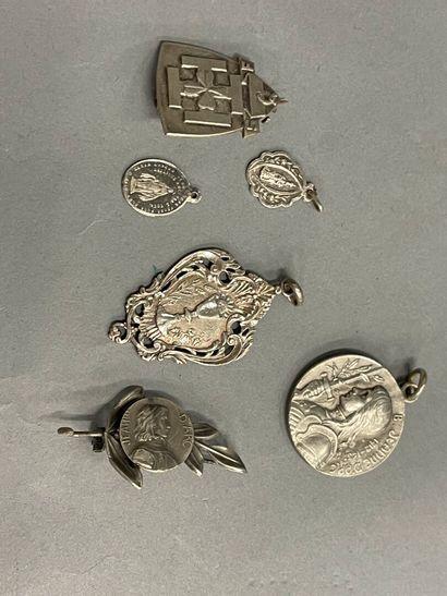 Quatre médailles en argent et une broche...