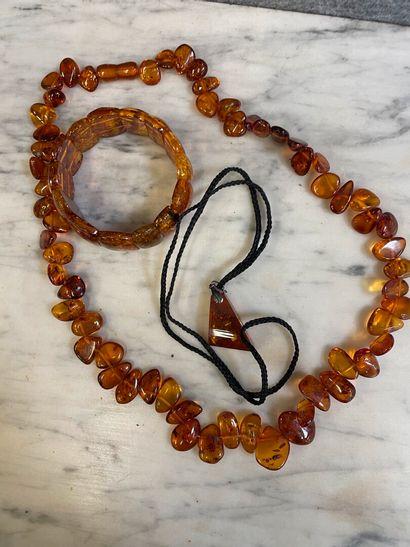 Collier, bracelet et pendentif en ambre....