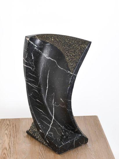 Vincent GONZALEZ (1928-2019)  Volute,  Sujet en marbre noir veiné blanc,  Monogrammé...