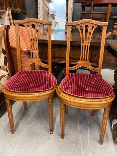 Paire de chaises cannées à dos plats de style...
