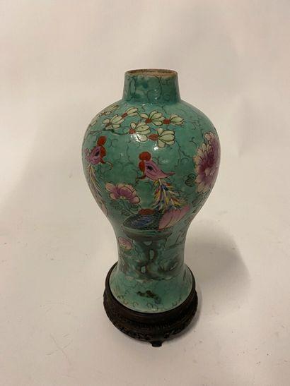 Chine, vase balustre en porcelaine polychrome...