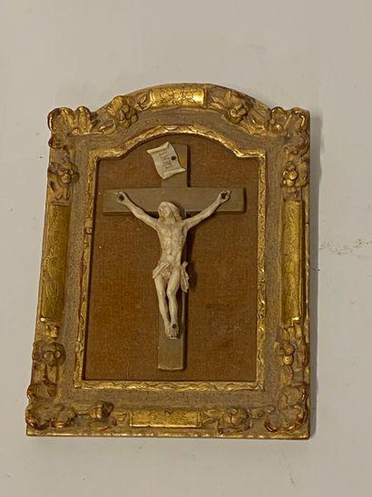 Cadre en bois doré avec Christ en ivoire...