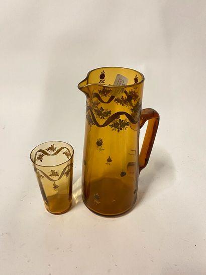 Broc en verre émaillé et doré avec un gobelet,...