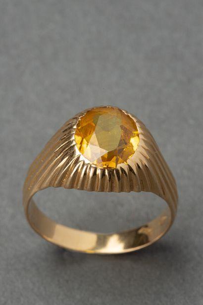 Chevalière en or jaune sertie d'une topaze....