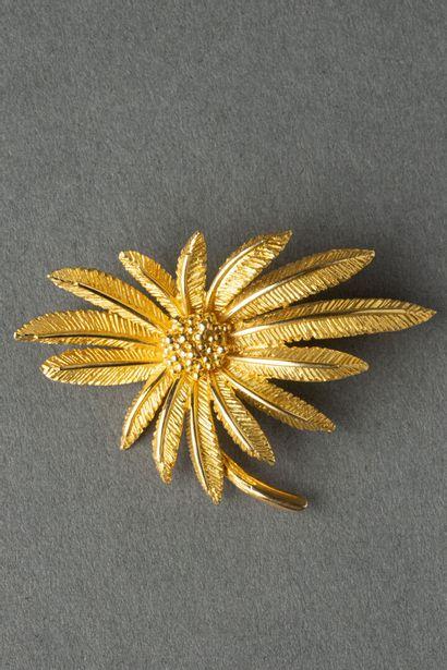 Broche en or jaune en forme de fleur  Poids...