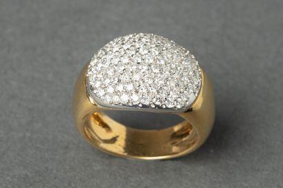 Bague jonc en or ornée d'un pavage de brillants,...