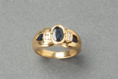 Bague en or ornée de trois pierres noires...