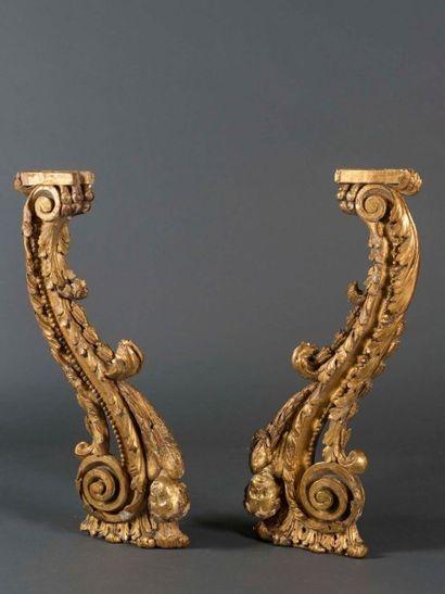 Paire de consoles en bois doré et richement...